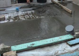 Изготовление черновой стяжки по грунту