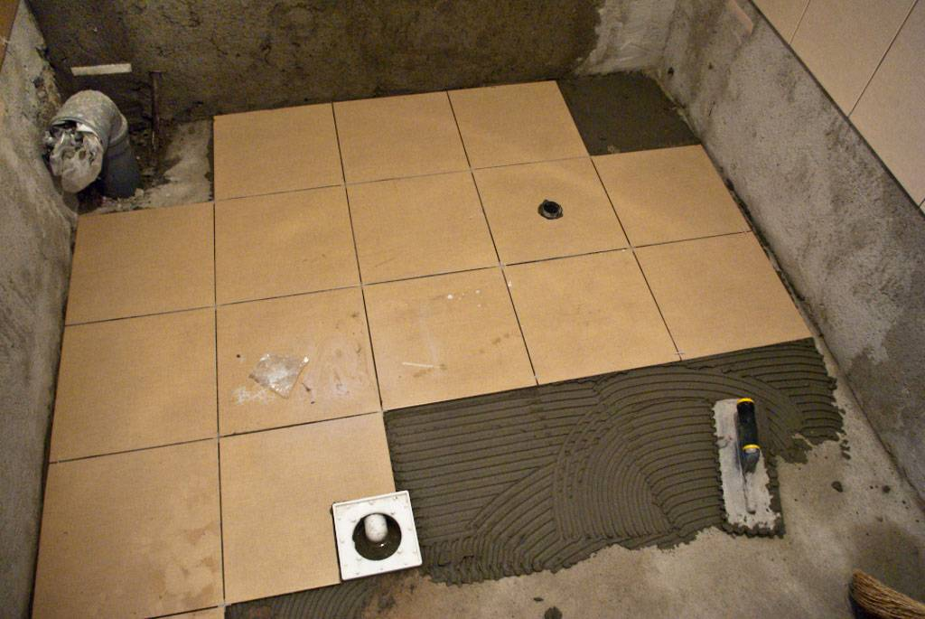Выровнять пол под плитку